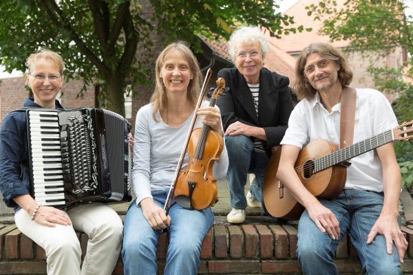 Folktrio DreyBartLang (Petra Walentowitz: Akkordeon, Kati Bartholdy: Geige, Bratsche, Holger Harms-Bartholdy: Gitarre)