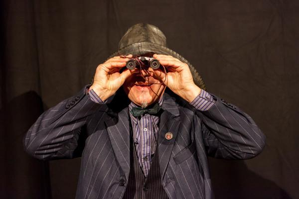 Dr. Adrian Fritz (Franz Fendt) erforscht den Zugweg der Pfuhlschnepfe. Foto: Frank Scheffka