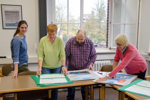 Vorbereitung der Kinderbilder-Ausstellung. Foto: I. Zwoch