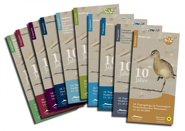 Zehn Programmhefte für die 10. Zugvogeltage. Foto: Nationalparkverwaltung
