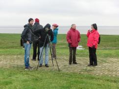 Teilnehmer bei der Vogelbeobachtung