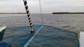 Blick über den Bug des Katamaran auf das Meer