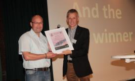 Frank Bernthaler (links) nahm die Gewinnerurkunde im Aviathlon für Borkum von Peter Südbeck entgegen