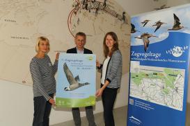 Petra Potel, Peter Südbeck und Christina Burmester mit Zugvogeltage-Plakat