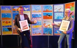 Peter Südbeck und Nadine Knipping präsentieren die Sieger des Aviathlons. Foto: Nationalparkverwaltung