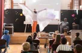 Aufführung der Zugvogelmusik in einer Grundschule. Foto. Jennifer Kauka